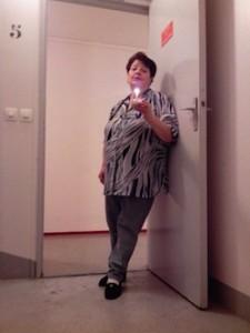 Pour mon anniversaire, Ma-Jeanine m'attendait sur le palier des escaliers avec une bougie. Et elle chantait, bien sûr !