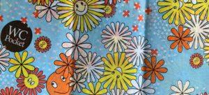 Photo du papierWC Protect avec ses motifs dessinés de fleurs souriantes jaunes et oranges@