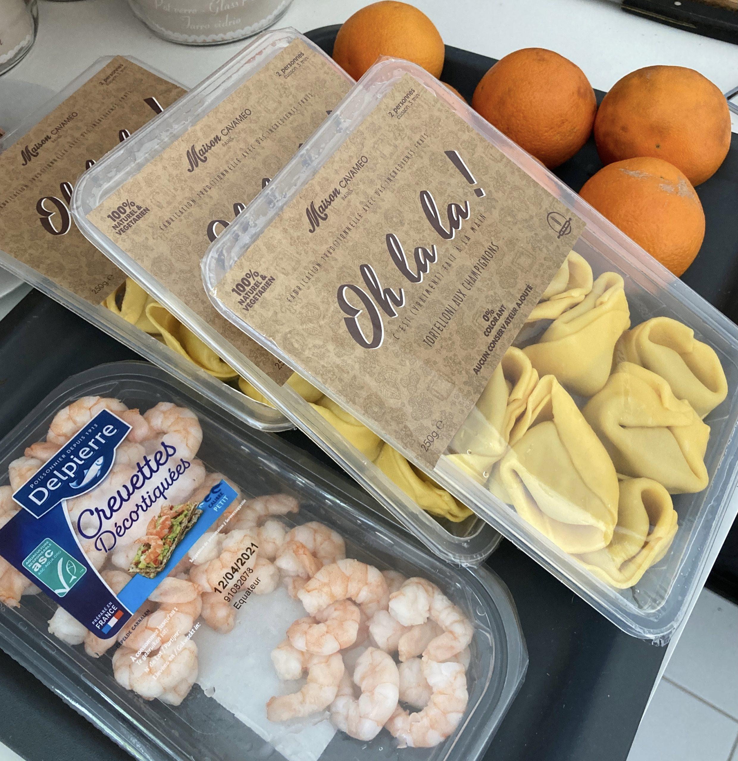 Mon panier de récupa : des crevettes, trois paquets de tortellinis aux champignons et un kilo d'orange en piteux état