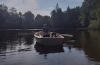 Helgant et moi dans une barque sur un étang